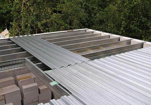 укладка профнастила на односкатную крышу
