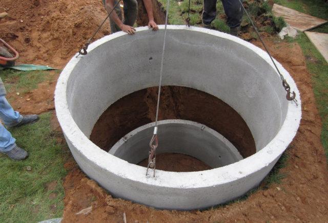 установка бетонных колец для колодца