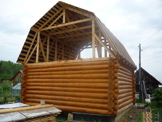 баня из бревна с двускатной крышей