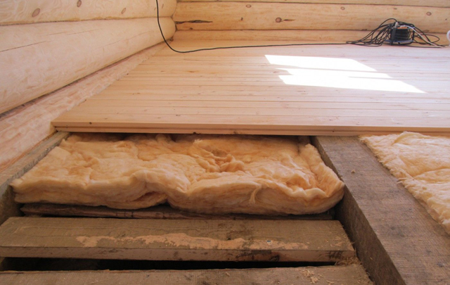 монтаж чернового пола на чистовой в деревянном доме