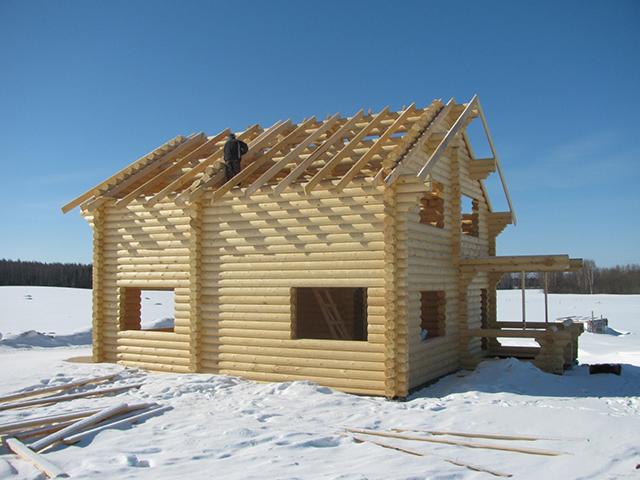 зимнее строительство дома из оцилиндрованного бревна