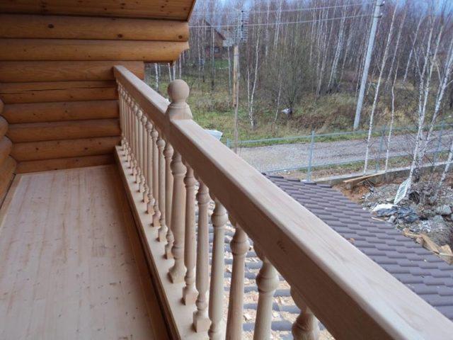 балкон в деревянном доме из бревна