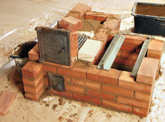 кладка кирпичей под каменную печь