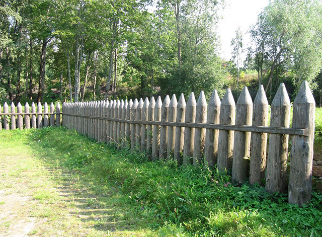 деревянный забор из частокола
