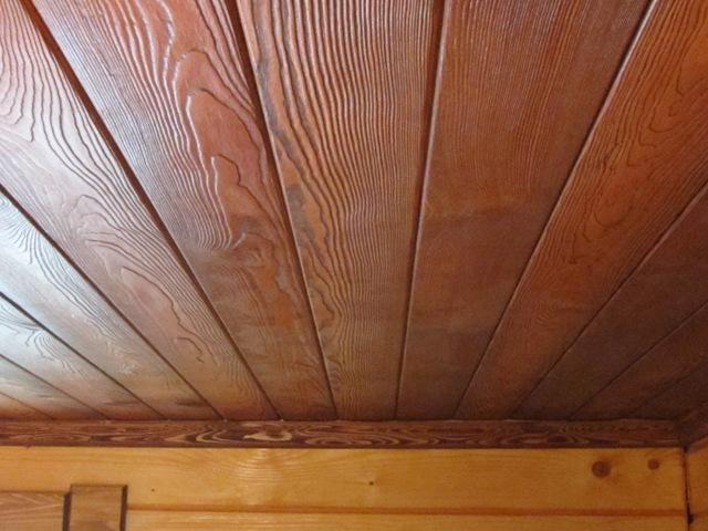 потолок из мдф паналей в деревянном доме