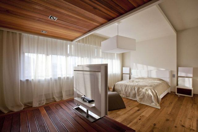 потолок из шпунтованных досок в деревянном доме