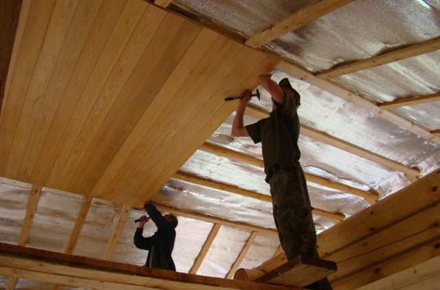 монтаж вагонки на потолок в деревянном доме