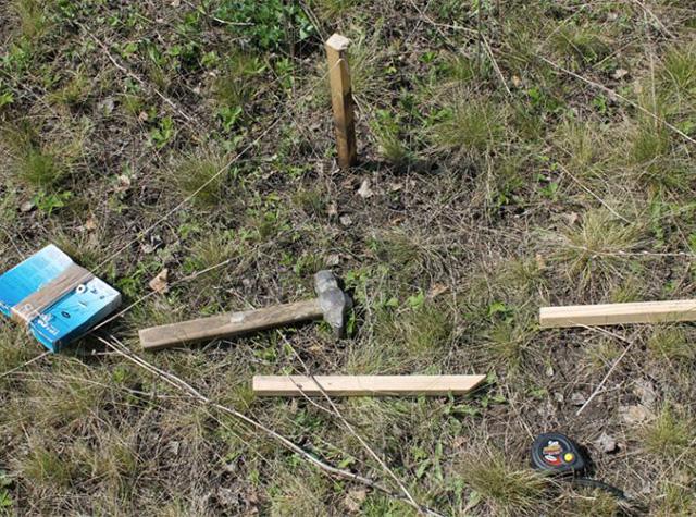 нанесение разметки для монтажа деревянного забора