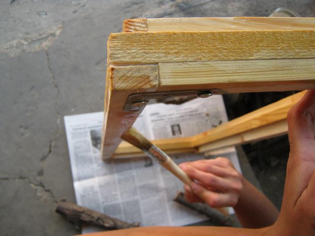 обработка деревянного окна олифой