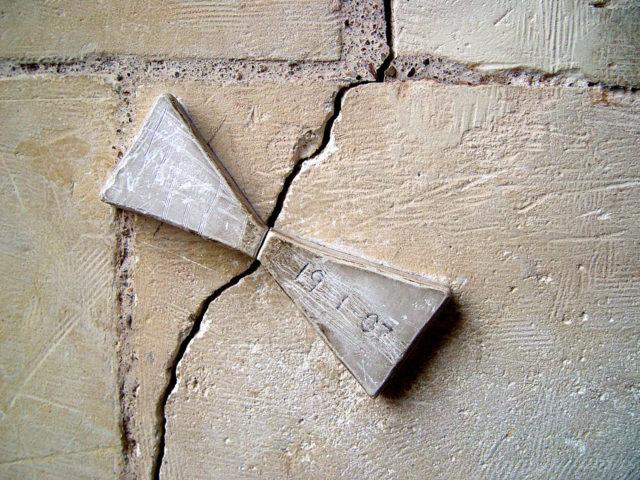 маяк на трещине фундамента