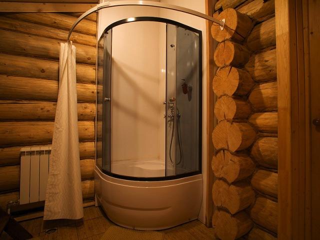 душ в деревянном доме