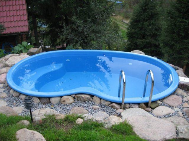 композитный бассейн на дачном участке
