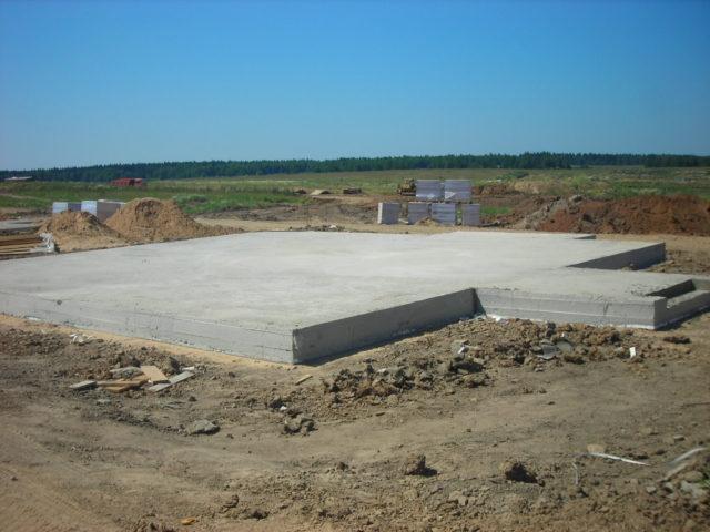 плитный фундамент для дома из бревна