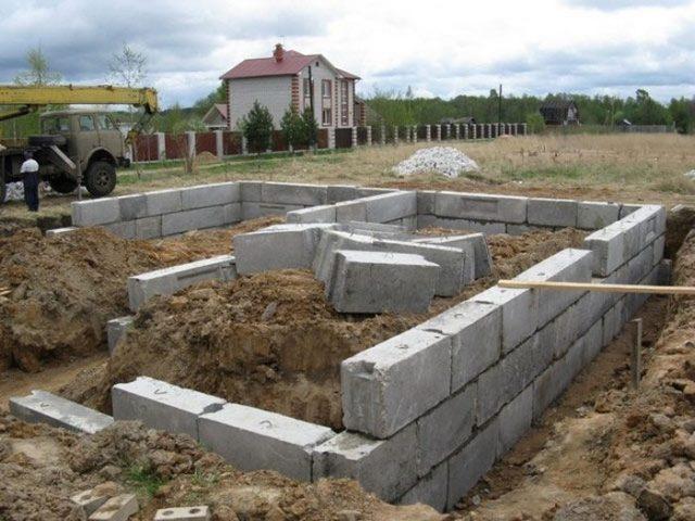 ленточный сборный фундамент для дома из бревна