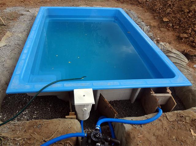 монтаж композитного бассейна на дачном участке