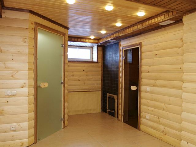 стеклянные двери в деревянной бане