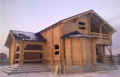 строительство дома из бревна под усадку