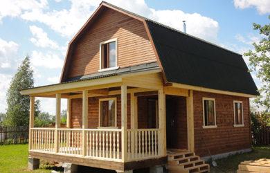 деревянный дом с ломаной крышей