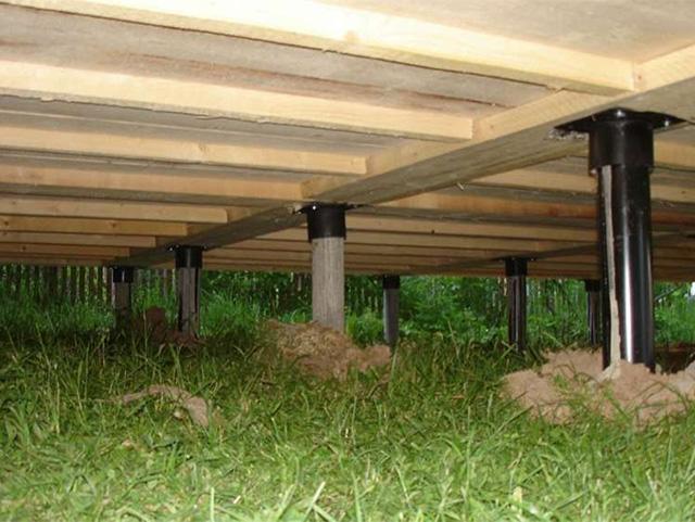 вид на пол деревянного дома