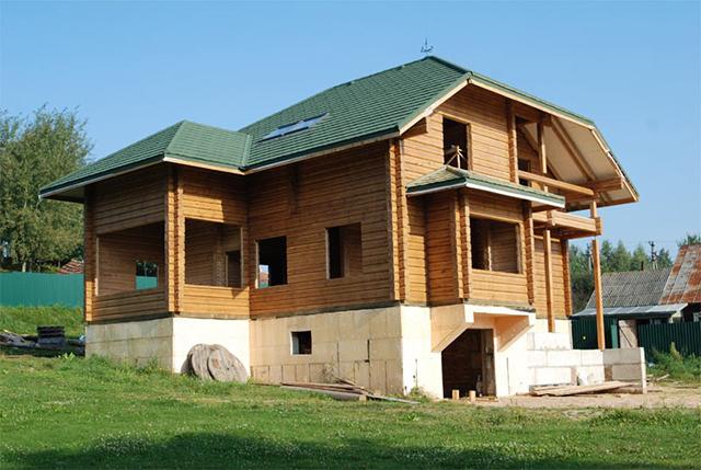 деревянный дом на высоком фундаменте