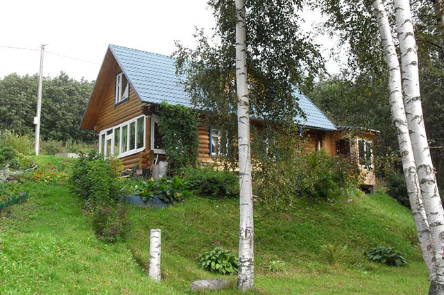 дом из бревна на склоне