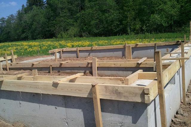 строительство дома на холмистом участке