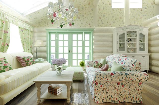 романтичное оформление зала в деревянном доме