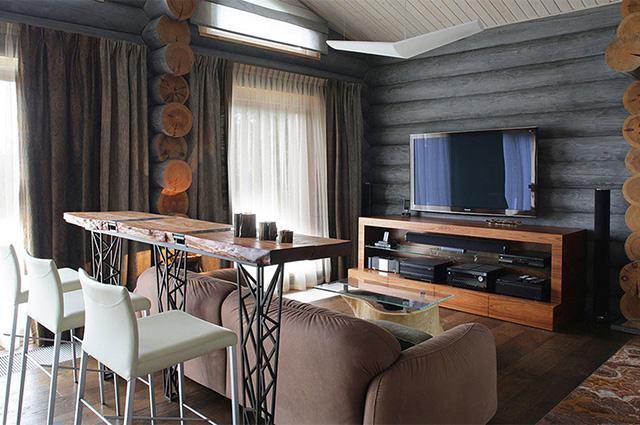вариант отделки гостиной в деревянном доме